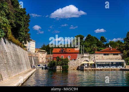 Croatia, Dalmatia, Zadar, fishing port Fosa with city wall, gate, restaurant Fosa with customs gate - Stock Photo