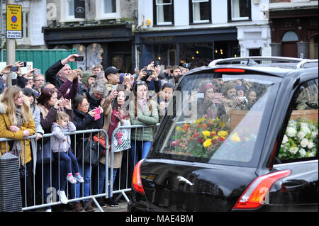 Cambridge, Britain. 31st Mar, 2018. People crowd the street near the Great St Mary's Church where the private funeral of British physicist Stephen Hawking is held in Cambridge, Britain, on March 31, 2018. The funeral of Professor Stephen Hawking was held Saturday at a church near the Cambridge University college where he was a fellow for more than half a century. Credit: Stephen Chung/Xinhua/Alamy Live News - Stock Photo