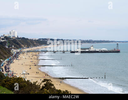 Bournemouth,UK,01st April,2018, Crowds walking along the promenade on Bournemouth beach on Easter Sunday afternoon. Credit: Don Steele/Alamy Live News - Stock Photo