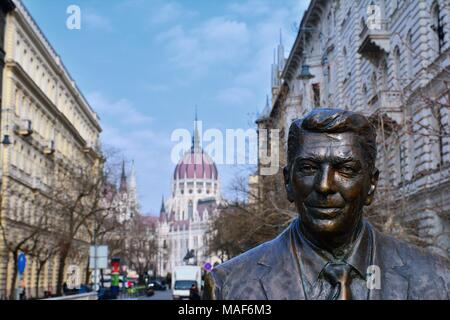 Budapest, Hungary - March 28, 2018: Statue of the former U.S. President Ronald Reagan on the background of Hungarian Parliament Building. Statue by sc - Stock Photo