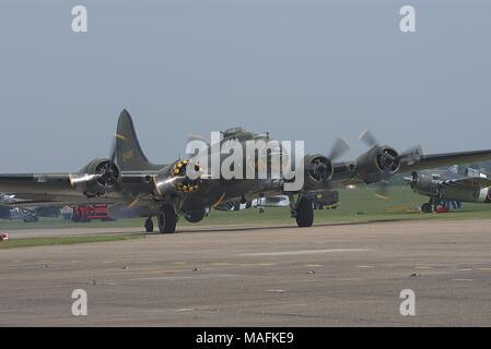 B17G SALLY B ON GROUND ENGINES RUNNING IWM DUXFORD - Stock Photo