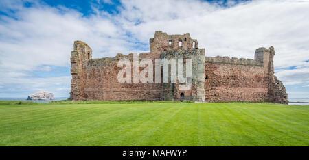 Tantallon Castle, semi-ruined mid-14th-century fortress, located 5 kilometres east of North Berwick, in East Lothian, Scotland. - Stock Photo