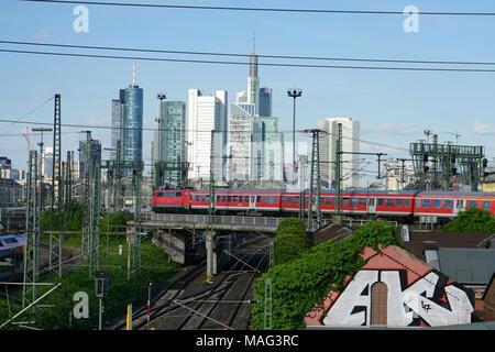 Zug fährt über eine Brücke, Gleise zum Frankfurter Hauptbahnhof, Skyline, Frankfurt, Deutschland, Europa - Stock Photo