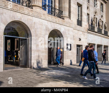 Berlin, Charlottenburg. Kurfürstendamm 26, Apple store in renovated historic old building, Shop exterior, facade, entrance. - Stock Photo