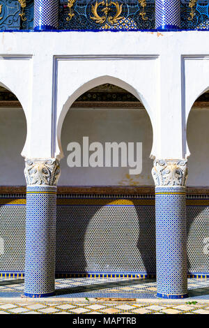 Detail of oriental architecture of a Moroccan palace, with keyhole arches, columns and mosaic tiles on the wall, Palais El Mokri, Fes, Morocco - Stock Photo