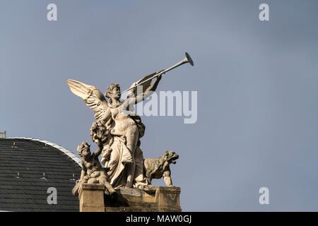 Engel mit Fanfare auf dem Dach  des Hessischen Staatstheater Wiesbaden, Hessen, Deutschland    angel with trumpet on the roof,  Hessische Staatstheate - Stock Photo