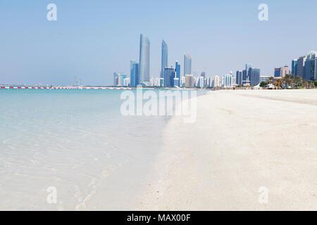 Assunto: Praia com prédios ao fundo em Abu Dhabi Local: Abu Dhabi, Emirados Árabes Data: 10/10/13 Autor: Eduardo Zappia - Stock Photo