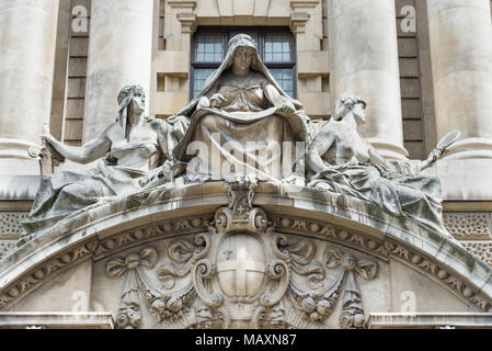 Fortitude and Truth flanking a recording angel by Frederick William Pomeroy, the Old Bailey, London, UK - Stock Photo