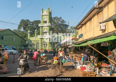 Moschee und Markt in Hpa-an, Myanmar, Asien  | mosque and  Market in Hpa-an, Myanmar, Asia - Stock Photo