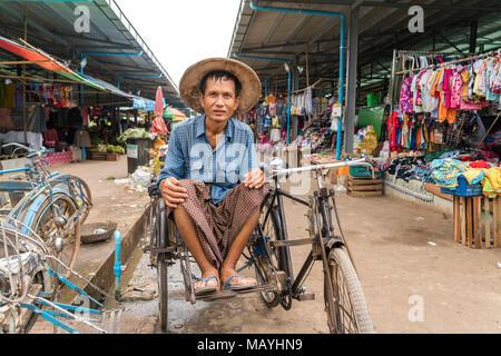Rikschafahrer auf dem Markt in Hpa-an, Myanmar, Asien  | Rickshaw driver on the  Market in Hpa-an, Myanmar, Asia - Stock Photo
