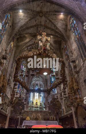 Der Altar und der Dornenkronenleuchter von Antoni Gaudi in der Kathedrale La Seu in Palma de Mallorca - Stock Photo