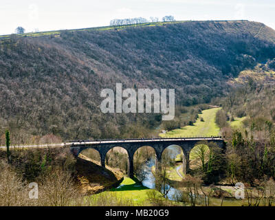 Peak District National Park. 5th Apr, 2018. UK Weather: visitors, walkers & cyclists enjoying the glorious sunshine on Thursday after the wet Easter Bank Holiday break along the Monsal Trail at Monsal Head & viaduct near Ashford on the Water & Bakewell in the Peak District National Park Credit: Doug Blane/Alamy Live News - Stock Photo