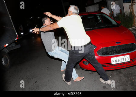 Sao Paulo, Brazil. 05th Apr, 2018. A detractor (L) of former Brazilian president Luiz Inacio Lula da Silva and a sympathizer fight in Sao Paulo, Brazil, 05 April 2018. Credit: Sebastiao Moreira/ ATT EDITORS EXPLICIT GRAPHIC CONTENT/EFE/Alamy Live News - Stock Photo