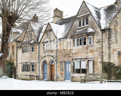 Stone houses in Burford in the winter snow. Burford, Cotswolds, Oxfordshire, England - Stock Photo