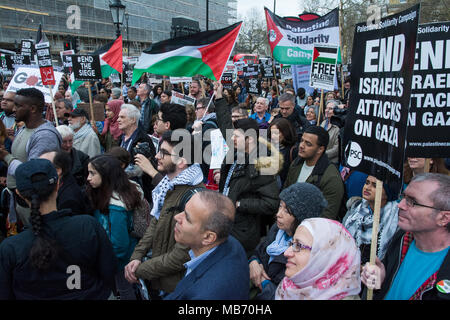 London, UK. 7th April 2018. Protest for Gaza: Stop the Killing, Downing Street protest. Campaigning for the UK Government to call for an end to the siege of Gaza and condemnation of Israel's attack on the Gaza Land Day protest in which the IDF snipers killed 17 people and injured over 1500. Organised by the Palestine Solidarity Campaign UK, Palestinian Forum in Britain, Stop The War Coalition and Friends of Al Aqsa. Credit: Steve Bell/Alamy Live News. - Stock Photo