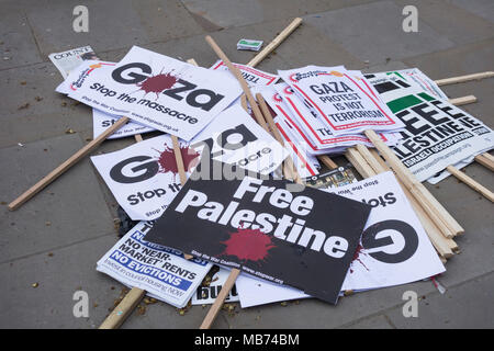 London, England, UK.  7 April, 2018.  Protest for Gaza /Stop the Killing demonstration banners in Downing Street, London. Organised by Friends of Al-Aqsa, Palestine Solidarity Campaign, Palestinian Forum in Britain © Benjamin John/ Alamy Live News. - Stock Photo