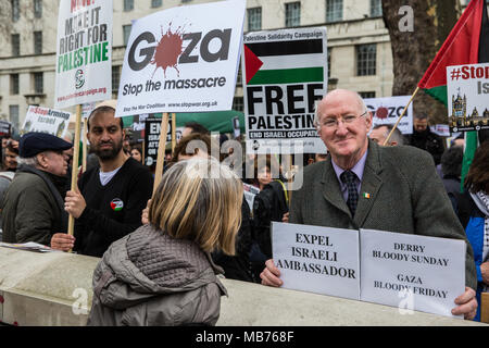 London, UK. 7th April, 2018. Hundreds of people join a rally outside Downing Street in solidarity with Palestinians attending the Great March of Return in Gaza and in protest against the killing there by Israeli snipers using live ammunition of at least 27 unarmed Palestinians and the injury of hundreds more. Credit: Mark Kerrison/Alamy Live News - Stock Photo