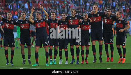 Augsburg, Germany. 7th Apr, 2018. Bayern Munich's players celebrate winning the title after a German Bundesliga match between FC Augsburg and Bayern Munich, in Augsburg, Germany, on April 7, 2018. Bayern Munich won 4-1 to clinch its sixth consecutive Bundeslisga title ahead of schedule at the 29th round on Saturday. Credit: Philippe Ruiz/Xinhua/Alamy Live News - Stock Photo