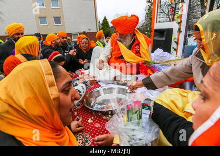 Glasgow, UK. 8th April, 2018. Thousands of Sikhs from across Scotland met in Glasgow to parade in the traditional festival of Vaisakhi when committed Sikhs, male and female, celebrate Khaldsa. Credit: Findlay/Alamy Live News - Stock Photo