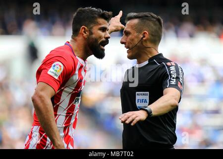Madrid, Spain. 8th Apr, 2018. Atletico Madrid's Diego Costa (L) argues with referee during a Spanish league match between Real Madrid and Atletico Madrid in Madrid, Spain, on April 8, 2018. The match ended 1-1. Credit: Edward Peters Lopez/Xinhua/Alamy Live News - Stock Photo