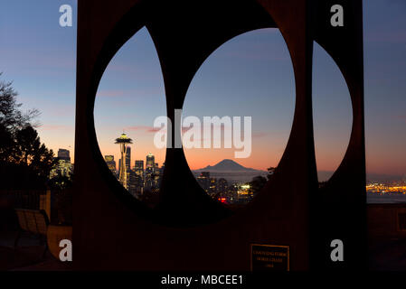 WA15082-00...WASHINGTON - Sunrise over Seattle and Mount Rainier viewed through the Changing Form sculpture created by Doris Chase and located in Kerr - Stock Photo