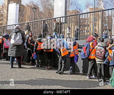 Group of British primary schoolchildren kids visiting the Tate Modern art gallery at Bankside in South London, England UK  KATHY DEWITT - Stock Photo
