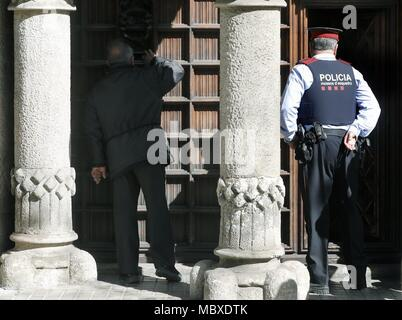 Barcelona, Spain. 12th Apr, 2018. A Mosso d'Esquadra officer arrives for a police search at the Council of Public Diplomacy of Catalonia (Diplocat) in response to an order issued by the judge investigating the preparations for the illegal Catalan independence referendum held on 01 October, in Barcelona, northeastern Spain, 12 April 2018. Credit: Andreu Dalmau/EFE/Alamy Live News - Stock Photo