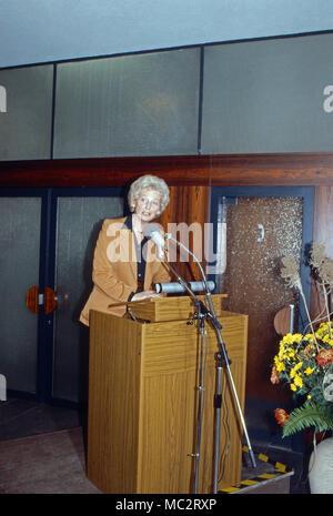 Annermarie Renger, Vizepräsidentin des Deutschen Bundestags, am Rednerpult, Deutschland 1982. Vice President of German parliament, Annemarie Renger, at the speaker's desk, Germany 1982. - Stock Photo