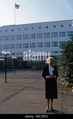 Annermarie Renger, Vizepräsidentin des Deutschen Bundestags, vor dem Parlementsgebäude in Bonn, Deutschland 1982. Vice President of German parliament, Annemarie Renger, in front of the house of parliament at Bonn, Germany 1982. - Stock Photo
