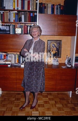 Annermarie Renger, Vizepräsidentin des Deutschen Bundestags, in ihrem Wohnzimmer in Oberwinter, Deutschland 1982. Vice President of German parliament, Annemarie Renger, at home in her living room at Oberwinter, Germany 1982. - Stock Photo