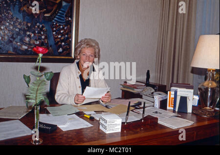 Annermarie Renger, Vizepräsidentin des Deutschen Bundestags, an ihrem Schreibtisch zuhause in Oberwinter, Deutschland 1982. Vice President of German parliament, Annemarie Renger, at her desk at home in Oberwinter, Germany 1982. - Stock Photo