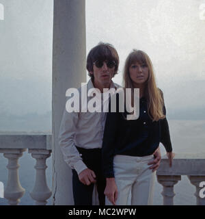 Beatle George Harrison mit Patricia Anne Pattie Boyd zu Besuch in Monte Carlo, Monaco 1966. Beatle George Harrison and Patricia Anne Pattie Boyd visiting Monte Carlo, Monaco 1966. - Stock Photo
