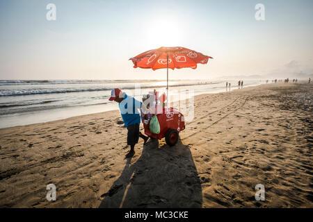 Man selling ice creams at the Acapulco Diamante Beach, Mexico - Stock Photo