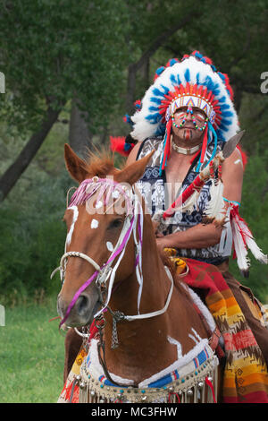 Indian Chief Vintage >> Native American feathered war bonnet / headdress for sale, Paris's Stock Photo: 73430167 - Alamy
