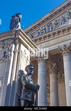 City of London.  A section of the Royal Exchange with, on the left, part of the London Troops War Memorial - Stock Photo