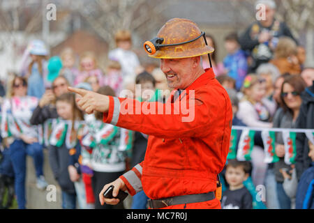 Pictured: An actors speaks to the crowd during The Man Engine show at the Waterfront Museum in Swansea, Wales, UK. Thursday 12 April 2018 Re: The larg - Stock Photo