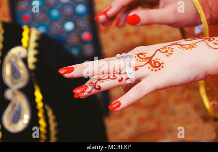 Hands and fingers are drawn to henna . - Stock Photo