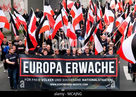 """Dortmund, April 14th 2018: Neo-Nazi march in Dortmund/Germany. Right-wing extremist parties such as the party 'Die Rechte' (The Rights) demanding under the heading EUROPE AWAKE a 'white Europe' --- Dortmund 14.04.2018: Neonazi-Demonstration in Dortmund. Rechtsextremistische Parteien wie die Dortmunder Partei 'Die Rechte' fordern unter der Überschrift """"EUROPA ERWACHE"""" ein 'weisses Europa"""" - Stock Photo"""