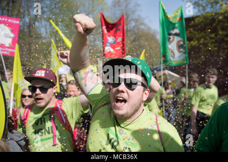 Potsdam, Germany. 15th April, 2018. Members of the German United Services Trade Union Verdi protest outside the conference hotel shortly before the beginning of the third negotiation round in the labour dispute for the public service. So far the employers denied the union's demands for six percent more wage but at least 200 euros.  federation. Photo: Ralf Hirschberger/dpa Credit: dpa picture alliance/Alamy Live News - Stock Photo
