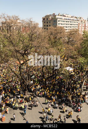 Barcelona, Spain. 15th April, 2018. Citizens of Barcelona are seen gathering and marching along Parallel during a demonstration called by the Catalan platform Espai Democràcia i Convivencia under the slogan 'For the rights and liberty, for the democracy and cohesion, we want you at home' in Barcelona, northeastern Spain, 15 April 2018. The protest was held six months after the imprisonment of Catalan presidential candidate Jordi Sanchez and pro-independence organization Omnium Cultural's President, Jordi Cuixart. Credit: Paul Gareth Sands/Alamy Live News - Stock Photo