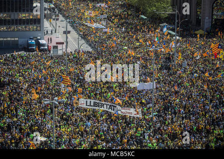 Barcelona, Spain 15th April 2018 Supporters of Catalonia's independence participate in a demonstration supporting arrested Catalan politicians. Numerous separatists were arrested in the course of the forbidden independence referendum in October 2017. They are accused of rebellion and misappropriation of public funds. Photo: Santi Palacios/º/dpa Credit: dpa picture alliance/Alamy Live News - Stock Photo
