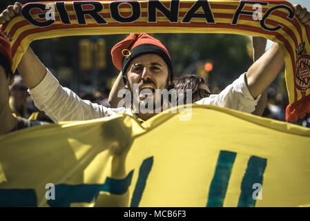 Barcelona, Catalonia, Spain. 15th Apr, 2018. Barcelona, Spain. 15 April, 2018: Thousands of Catalan separatists shout slogans as they protest for the release of jailed pro-independence politicians Credit: Matthias Oesterle/ZUMA Wire/Alamy Live News - Stock Photo