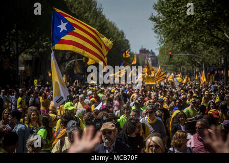 Barcelona, Spain 15th April 2018 Supporters of Catalonia's independence participate in a demonstration supporting arrested Catalan politicians. Numerous separatists were arrested in the course of the forbidden independence referendum in October 2017. They are accused of rebellion and misappropriation of public funds. Photo: Santi Palacios/dpa Credit: dpa picture alliance/Alamy Live News - Stock Photo