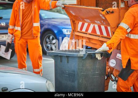 12 April 2018, Germany, Berlin: Berliner Stadtreinigung (BSR) employees at work. - NO WIRE SERVICE - Photo: Annette Riedl/dpa - Stock Photo