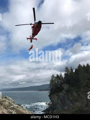 A Coast Guard Sector Humboldt Bay MH-65 Dolphin helicopter crew conducts cliff-rescue training at Patrick's Point State Park, California, Feb. 14, 2018. The helicopter crews assigned to Sector Humboldt Bay cover Humboldt, Mendocino and Del Norte counties. (U.S. Coast Guard photo by Lt. j.g. Audra Forteza/Released) - Stock Photo