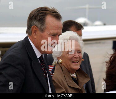 Former US President George Bush and First Lady Barbara Bush are greeted upon their arrival on Andrews Air Force Base, Maryland. They are here for the National Prayer and Reconciliation Service at the National Cathedral in Washington D.C. - Stock Photo