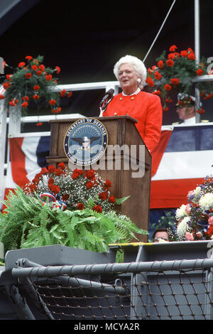 First Lady Barbara Bush, ship's sponsor, speaks during the commissioning ceremony of the nuclear-powered aircraft carrier USS GEORGE WASHINGTON (CVN-73). - Stock Photo