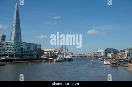 London, UK. 18 April, 2018. London wakes up to warm summer weather and blue skies. Credit: Malcolm Park/Alamy Live News. - Stock Photo