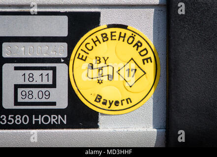 18 April 2018, Germany, Wolfratshausen: A test seal of the calibration authority Bavaria on a laser gun at a control station of the police. The numbers indicate an oncoming vehicle (312 metres, top) and the speed of 75 kilometres per hour. The police runs increased speed controls today at the 'Blitzmarathon' (lit. speed camera marathon) in several German sates. Around 1900 police officers measure the speed at 2000 places in Bavaria and will disqualify speeders from driving. Photo: Matthias Balk/dpa - Stock Photo