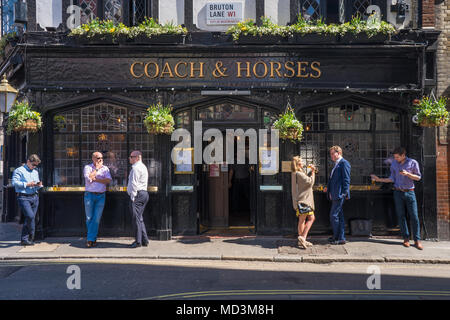 Office workers enjoy the warm spring weather at lunchtime outside a pub near in Mayfair, London, where temperatures rose as high as 26 degrees. Photo date: Wednesday, April 18, 2018. Photo: Roger Garfield/Alamy Live News - Stock Photo
